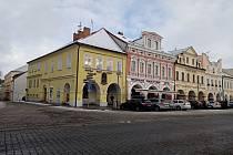 Božena Němcová žila také v Domažlicích. Na snímku je rohový dům na náměstí, v němž s paní komisarka s manželem bydlela.
