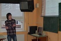 JAN KRÁL, student  domažlického gymnázia, při obhajobě své odborné práce.