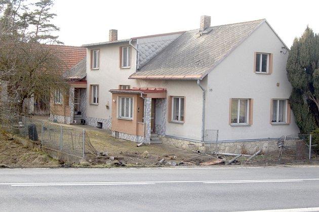 Majitelům domu vznikla na poškozeném plotu škoda minimálně 15tisíc korun.