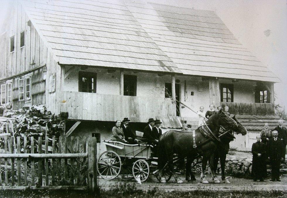 Historička Kristýna Pinkrová připravuje publikaci o historii Bělé nad Radbuzou a okolí. Na snímku je mlýn Sicherl, který už dnes nestojí.