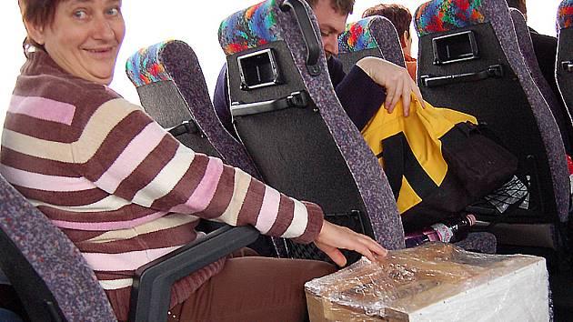 Učitelka odborných předmětů Jana Švachová musela během jízdy na Regiontour do Brna na dálnici plné nerovností co chvíli nosiče s koláči přidržovat.