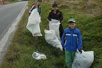 MALÍ BRIGÁDNÍCI vysbírali třináct pytlů odpadků.