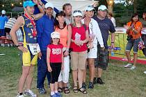 TOMÁŠ FRANC NA CHALLENGEROTH 2010. Tomášovi Francovi z Loučimi (první zleva) a Janovi Zelenkovi ze Kdyně fandili při závodu v Rothu kamarádi z týmu Jabkoty Kdyně.