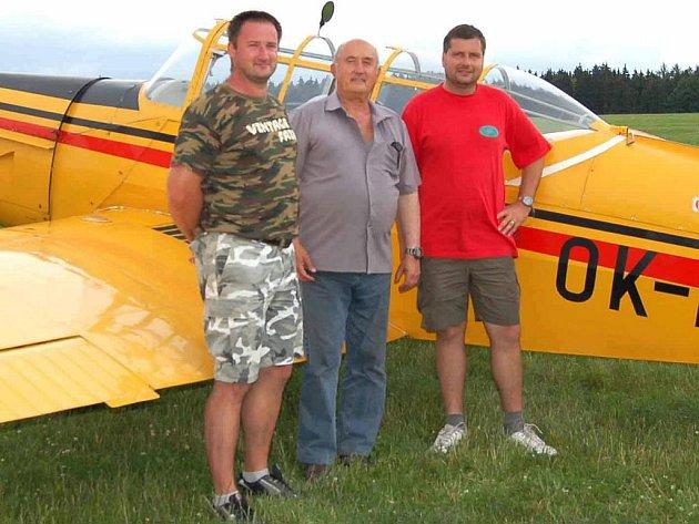 PILOTI A BOHATÝR.  Letci Radek Ticháček, Zdeněk Šustr a Tomáš Mezera představují letadlo Z–226 – Bohatýr. I tento stroj bude k vidění při akci na letišti ve Staňkově.