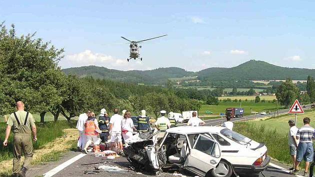 Těžce zraněného řidiče, který vjel do protisměru a nehodu zavinil, odvezl vrtulník.