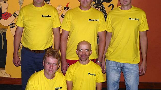 BOWLINGOVOU LIGU VE KDYNI hraje i tým Welpro. Zleva nahoře Antonín Bušek, Marcel Bendák, Martin Ticháček. Dole Milan Ticháček, Pavel Ponocný.