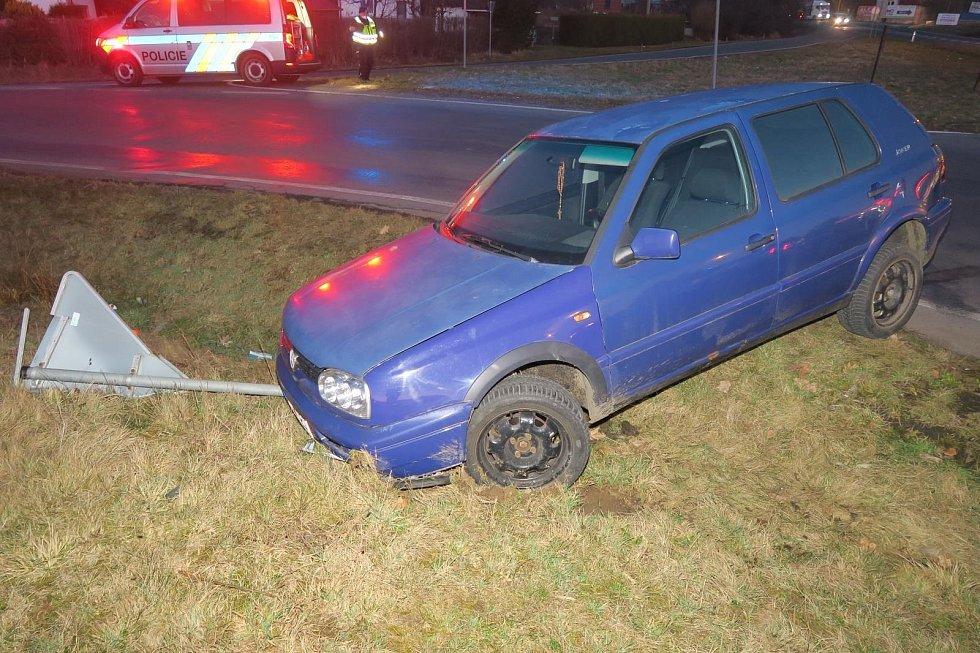 Šestadvacetiletý řidič naboural nedaleko benzinky u Kdyně.