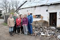 RODINA BEZ DOMOVA. Miloslav Šlegl s manželkou Pavlínou, synem Miloslavem  a dcerami Pavlínou, Kristýnou a Simonou .