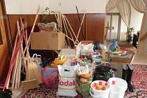 Pomoc z Horšovského Týna obsahovala hlavně čistící prostředky, košťatak, kbelíky, ale i balenou vodu.