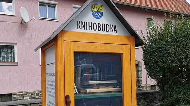 Knihobudky v Holýšově. Budka je ale i v Dolní Kamenici.