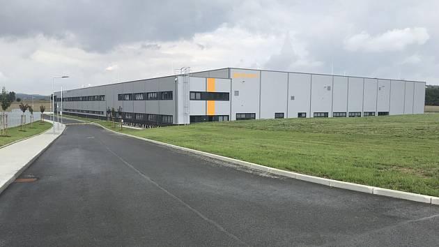 V nové hale firmy AZ-CZECH pracuje 180 lidí.