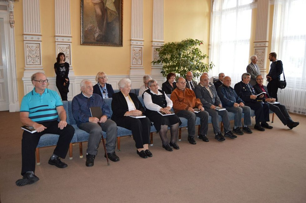 Z oceňování seniorů na domažlické radnici.