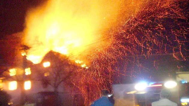 .  Už podruhé hořel v Chrastavicích bývalý mlýn. Pět hasičských jednotek bojovalo