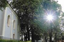 NA VESELÉ HOŘE nad Domažlicemi se tyčí kostel sv. Vavřince. Sluneční světlo mu vykouzlilo při otevření v rámci akce nádherné okolí, pěkný pohled poskytlo i na Domažlice.