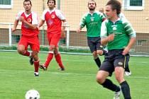 Mezi nejlepší hráče zápasu patřil bezesporu Miroslav Manowetz (vpravo u míče). Foto: Jiří Pojar