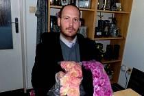 """DUŠIČKOVÉ ZBOŽÍ. """"Tyhle květy si vybrali lidé, jimž budeme zajišťovat dušičkovou výzdobu hrobu,"""" říká David Všetečka. V povolání jde ve šlépějích svého otce, s nímž se po hřbitovech pohyboval už od svých šesti let."""