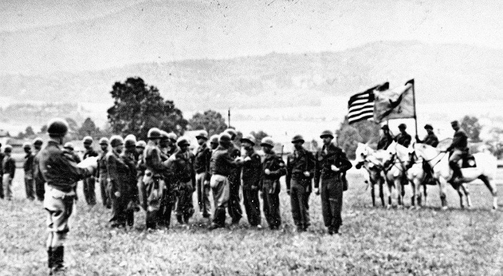 V květnu 1945 zachránili američtí vojáci z hřebčína v Hostouni stovky vzácných koní. Událost vešla do dějin jako Operace Kovboj. Foto: Paměť národa