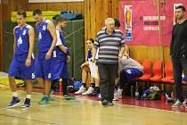 Kouč áčka BK Jiskra Domažlice Karel Štípek (vpravo) se před sobotním turnajem představil s týmem na klatovské palubovce naposledy v prosinci při druholigovém mistráku.