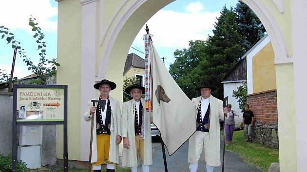 Slavnost v Újezdě k 360. výročí narození J. S. Koziny. V Újezdě ji umocnili chodský praporečník Václav Příbek (uprostřed) s pobočníky Petrem Frčkem (vlevo) a Hynkem Faschingbauerem.