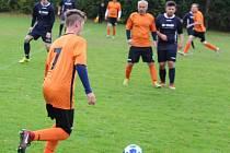 Fotbalisté posledního Sokola Blížejov (v oranžovém) byli blízko bodům s lídrem soutěže Slavojem Koloveč B (v modrém).