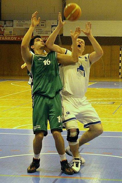 Z utkání basketbalistů Jiskry Domažlice s BK Sokolov.