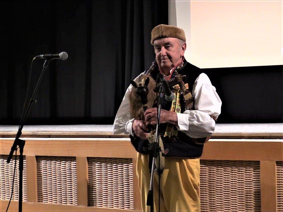 Foto z promítání dokumentárního filmu o J. Špillarovi.