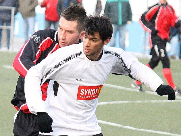 Zimní posila Jiskry Domažlice Pavel Javorský (vzadu) v přípravném utkání s FK Tachov.