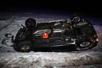 Osmnáctiletá řidička dostala smyk při projíždění mírné levotočivé zatáčky na mokrém povrchu a skončila na střeše.