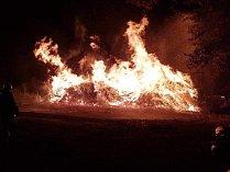 Noční požár dřeva.