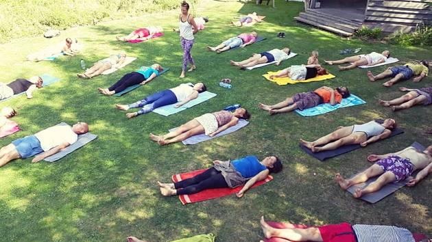 Cvičení ze zúčastnili děti i dospělí. Odpočinuli si při józe a meditaci.