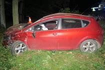 Pětadvacetiletý šofér seatu dostal smyk a skončil v příkopu, kde se auto dvakrát převrátilo.
