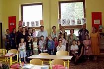 Letošní prvňáčci se na začátku školního roku vyfotografovali s rodiči. Foto: archiv ZŠ Blížejov