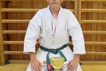 Patrick Kováč s pohárem, medailí a diplomy.