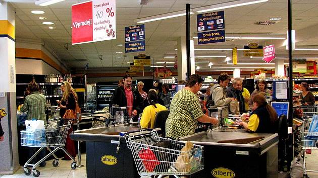 Před uzavřením prodejny Albert se uskutečnily výprodeje zboží. Ve středu činila sleva 30 %, ve čtvrtek 40 a v pátek, kdy regály už byly téměř prázdné, měl kupující vše za polovinu ceny.