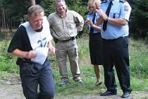 Jeden ze závodníků nejstarší věkové kategorie si při orientačním závodu vysloužil potlesk (zleva) krajského policejního ředitele Miloslava Maštery, mluvčí Martiny Kohoutové i Čestmíra Šaška z policejního prezidia.