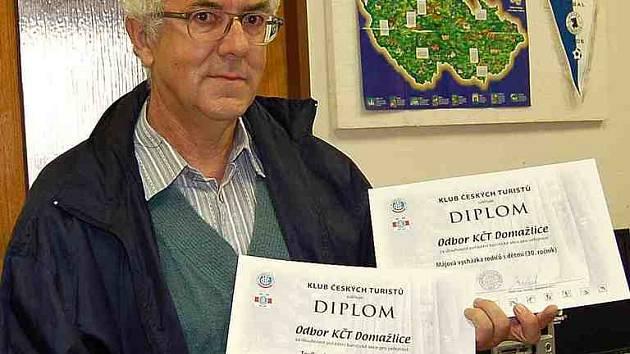 Předseda domažlických turistů Petr Matějka s diplomy, jichž se klubu dostalo.