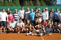 Účastníci tradičního tenisovho turnaje rodáků ve Kdyni.