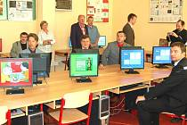 Žáci Základní školy Msgre B. Staška mohou ode dneška využívat k výuce novou učebnu výpočetní techniky. Včera byla slavnostně otevřena. Prohlédnout a vyzkoušet si ji mohli i zastupitelé města, kraje a zástupci okolních škol