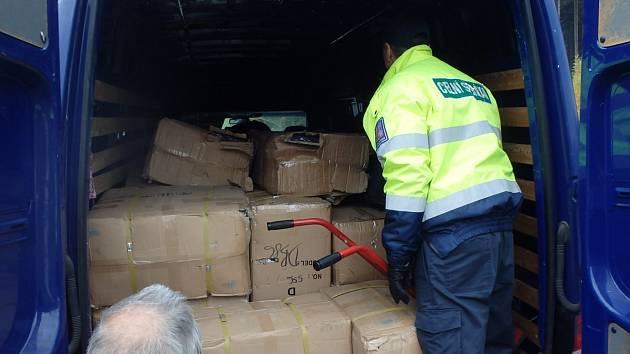 Útroby dodávek ukrývaly padělky značkového zboží.