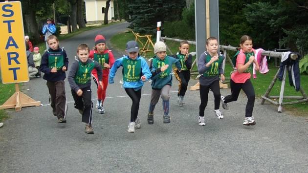 Celých 500 metrů čekalo na nejmladší žactvo v sobotním běhu. Nejlépe si vedla Tereza Nová (druhá zleva)