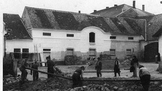 Výstavba mlékárny v Horšovském Týně (Západočeská mlékárna, národní podnik Klatovy, závod Domažlice, provozovna Horšovský Týn) v roce 1959. Foto: Státní okresní archiv Domažlice se sídlem v Horšovském Týně.