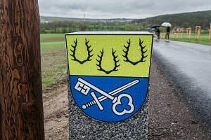 Hraniční kámen se nacházejí v místě, kde se láme katastr Staňkova a Holýšova.