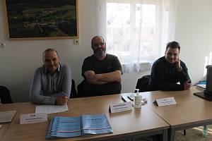 Volební místnost a komise v Černovicích na Domažlicku.