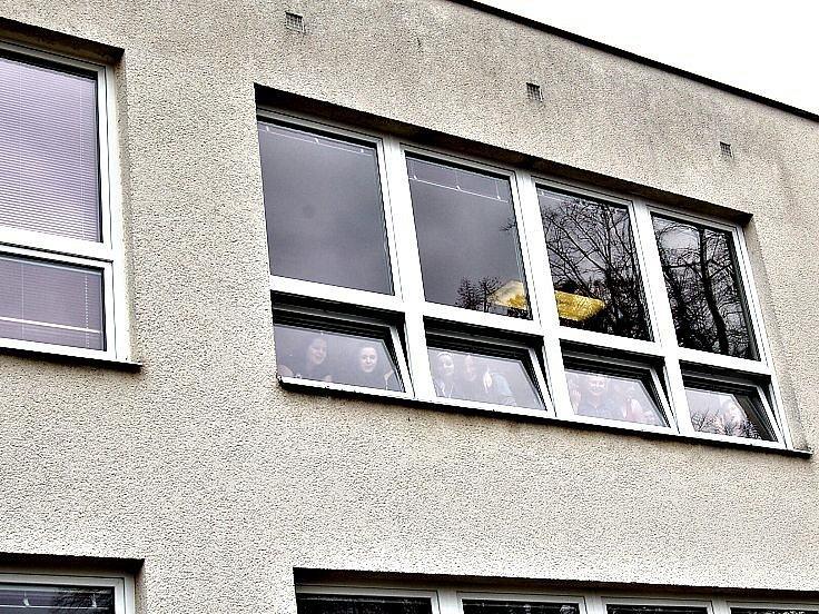 Žáci SOU Domažlice o přestávce pozorovali, co se před budovou školy děje.