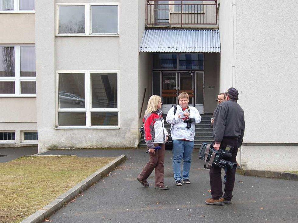 Zástupci médií se zkoušeli dostat do budovy vedlejším vchodem. Neuspěli. Školník měl oči všude.