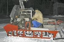ROLBA NA SÁDKU. O úpravu sjezdovky se stará rolba z roku 1964. Na snímku její údržba v únoru letošního roku.