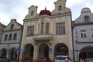 Dům se nachází ve spodní části náměstí.