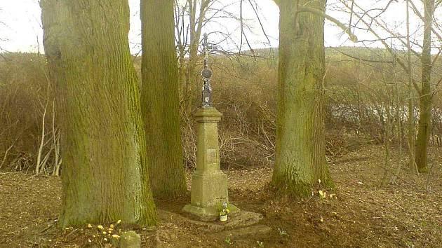 Kříž z roku 1871. Takto místo vypadá nyní, po zásahu brigádníků.