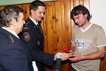 Člen SDH Pocinovice Lukáš Nejedlý (vpravo) převzal medaili Za příkladnou práci.