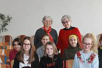 Milena Grenfell-Baines se svou sestrou Evou přijely do Domažlic do Nové školy. 6. B a deváté třídy se s nimi setkaly při besedě.